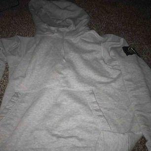 Stone island hoodie säljer för 900 kr kan bytas också