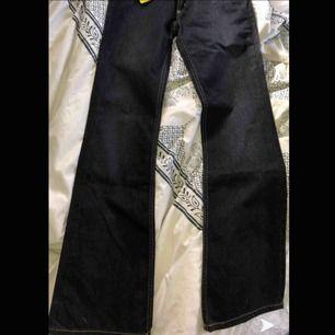 Helt nya Lee bootcut Jeans med prislapp!!! Ny pris 999kr, säljer för 200kr (frakten inräknat)🤩 Säljer då dom ej passade och kan ej lämna tillbaka de till affären då dom är köpta i usa ... 😤 Super snygga byxor nyskick