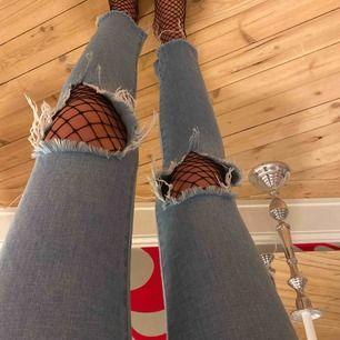 Snygga jeans i väldigt bra skick Finns dragsko i midjan om man vill dra åt eller göra de lite större