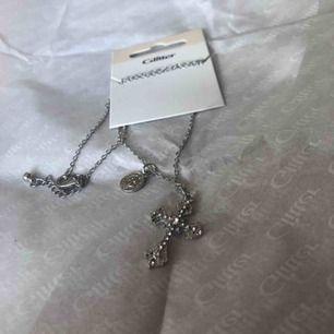 Helt nytt halsband från Glitter i silverfärg (ej äkta) Ny pris: 79kr Frakt: 11 kr🌻 Kedjan är 43 cm + 6 cm (juster bar)