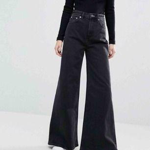 Trendiga Weekday Ace jeans i färgen tuned black🖤🖤 så sjukt snygga och i nyskick!! Säljer då de inte används! Priset kan diskuteras och frakt tillkommer! Skriv vid frågor och intresse!🥰🥰