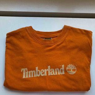 Såå snygg vintage Timberland T-shirt!! Den är lite kortare i modellen och sitter så snyggt oversized! Passar många storlekar🧡🧡🧡 skriv vid frågor!🧡💥💥