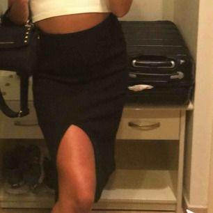 Stickad kjol med slits