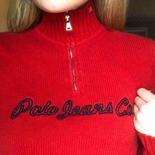 Röd stickad polo tröja från Ralph Lauren med en dragkedja där fram. Har ribbade armar. Väldigt fin med en vit polo under:)) Fint skick, bara använd Max 3 gånger. Köparen står för frakt.