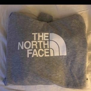 Säljer vidare en hoodie jag köpte på Plick då den inte riktigt passade mig. Finns i Falun men kan skickas mot frakten💗