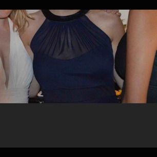 Super fin marinblå balklänning från Nelly använd 1 gång på min bal! Knyts där bak i satin material och är super skön på. Som ny! Jag är 172cm, går självklart att sy upp om du är kortare (det gjorde jag). Pris kan diskuteras. Endast seriösa köpare!