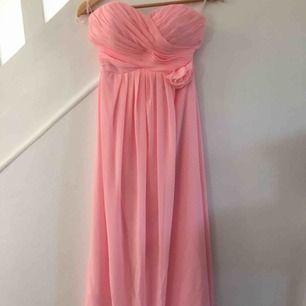 En långklänning som är använd en gång. Den är måttsydd men storleken är som S. Klänningen är i bra skick.  Bud 400kr
