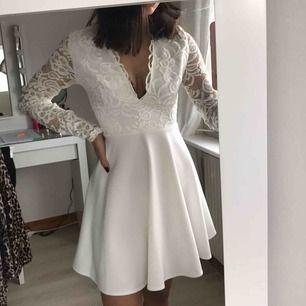 Fin vit klänning från Nelly till skolavslutning eller student! Använd endast en gång. Den har små fläckar bak men det syns knappt 💕