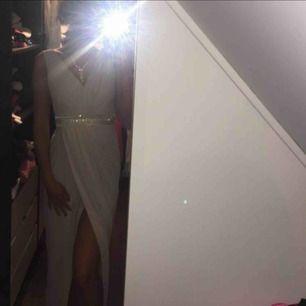 Balklänning ljusrosa med sluts. Använd en gång. Köptes för 1200kr