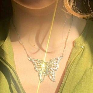 """Halsband med fjäril. Justerbar i längden på kedjan men har """"trasslat sig"""" pyttelite längst ut (se bild 3). +Frakt 11kr"""