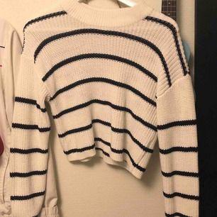 Så fin stickad tröja från Gina tricot! Perfekt till sommarkvällar tex över en klänning! Aldrig använt så helt nyskick!