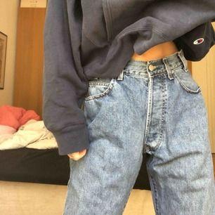 Jag säljer mina ljusblåa vintage Armani jeans! De är stora i modellen och sitter som på bilderna på mig som är 175 och brukar ha 26 i jeans.💞
