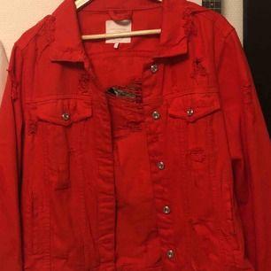 Fet jeansjacka från zara! Super cool med alla slitna detaljer:) knappt använd och säljer pga det.