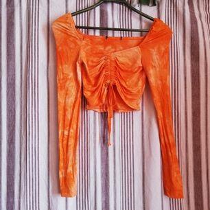 🌺Orange batikad topp i stretchigt material. Köpt på Bikbok. Använd en gång. Köpare står för frakt. 🌺