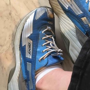 Coola dkny-skor som passar till skogsbesök, likväl som ravepartyn. Välanvända, därav priset. Kan mötas i Gbg och Malmö, annars står köparen för frakten.