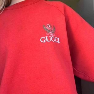 En super snygg vintage Gucci sweatshirt som passar mig som har XS , S då den e lite oversized. Piss snygg och lite små skador där av priset. För fler bilder och frågor kontakta mig och om du skulle vara intriserad samt vill köpa. Kan sänka priset.🌸💞🙂