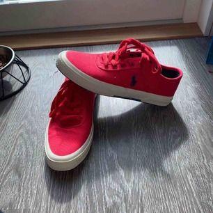 En par röda Ralph lauren skor