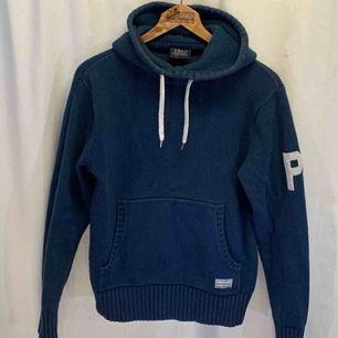 Snygg vintage Peak Performance hoodie.  Storlek S, i mycket gott skick, kan hämtas i Uppsala eller skickas mot fraktkostnad.