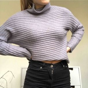 Stickad tröja från BikBok, väldigt skönt material. Köpt för 499kr. Skulle säga att den är lite mer lila än grå i verkligheten jämfört med den andra bilden💫