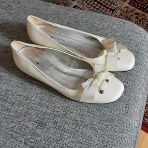 Söta lackballerinas, stilrena vita. Använda 1 gång så i toppenskick. Köpare står för frakt.
