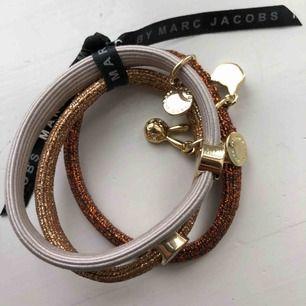 Armband från Marc Jacobs, kan användas som hårsnoddar och man kan även ta isär de och använda ett i taget. Fina detaljer på i form av små djur. Använda aldrig pga ganska små!