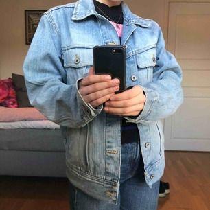 Säljer en oversized jeansjacka i strl M (herrstorlek)! Passar jättebra med en hoodie under till tidiga vårdagar. Köpt på secondhand i GBG. Köparen står för frakt.
