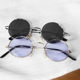 Paketpris på 55kr, två solglasögon 😎 skiftar lite i färg beroende på omgivning/ se bild 1&2. 🕶   •möts upp i Stockholm, frakt står köpare för☺️