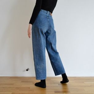+50kr frakt! Dessa jeans sitter så bra i midjan och är sjukt sköna! De är högmidjade och åt momjeans hållet. De har superfina detaljer på framsidan och en brun läder rim på framfickan. Skriv om du har frågor eller vill ha fler bilder! 🌻👖