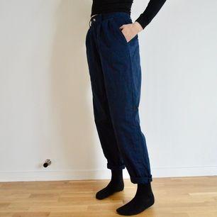 +50kr frakt! Dessa byxor är i chinos stil. De är högmidjade och väldigt bekväma! Färgen är en väldigt mörk blå och de har rymliga framfickor. Skriv om du har frågor eller vill ha fler bilder! 👖🌻