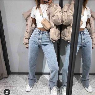 Säljer dessa snygga helt nya jeansen köpta på rebellious fashion, i storlek 6 dvs xs-s. De ligger kvar i paketet med tags kvar! Fraktar bara och köparen står för frakten😊