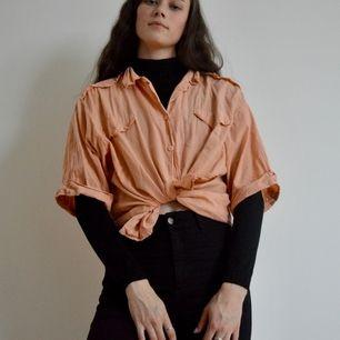 +50kr frakt! Perfekt sommar/vårtröja! Den är sydd som en skjorta men materialet är tunnare. Den är pösig och väldigt bekväm! Notera att den inte är struken på bilden 😅. Skriv om du har frågor eller vill ha fler bilder! 🌻👕