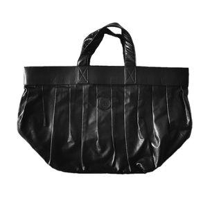 Superfin Fendi väska! Ärvt den av min farmor. Där av inget äkthetsintyg eller liknande = lågt pris. Väldigt bra skick! Inga hål eller så! Mått: 29 x 40 cm. Läs gärna mer om mina väskor i ett annat inlägg på min sida innan du skriver! 💕