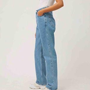 Trendiga rowe jeans i färgen sky blue från Weekday. Budet börjar på 249 kr men buda i kommentarerna. Frakt står köparen för<3