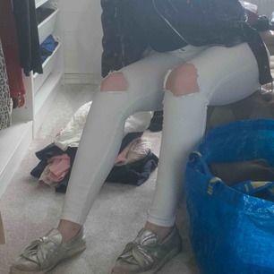 Säljer mina älskade vita jeans ifrån dr denim, älskar dom verkligen men tyvärr har dom blivit lite små, dom är högmidjade och är inte genomskinliga, köparen står för frakten!💞