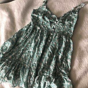 Superfin somrig klänning från Zaful med lappen kvar! Storlek är lite oklart men tror den passar xs/s