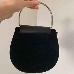 Säljer en superfin CARIN WESTER väska i skin/mocka imitation. Passar perfekt till vardagstillfälle och finare tillfälle.  Axelband medföljer och väskan skickas i påse med logotyp som visas på sista bilden.  Utgångspris 280kr (inklusive frakt)