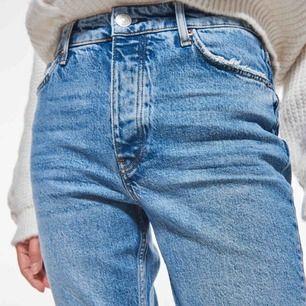 modellen: perfect jeans (mom jeans ungefär) säljer pågrund av fel storlek❗️❗️ för korta i bennen på mig som är 183🤍  aldrig använda!!!  OG pris: 549kr  FRAKT TILLKOMMER❗️❗️❗️