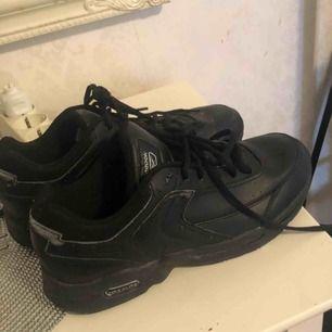 Säljer dessa skor från reebok, rätt så slitna därav priset 💕💕
