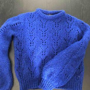 Säljer min blå stickade tröja från chiquelle🧚🏻♀️ Extremt fin blå färg, ballongärmar och knappast använd. Andra bilden är en annan färg, men så sitter den på. Nypris 500kr