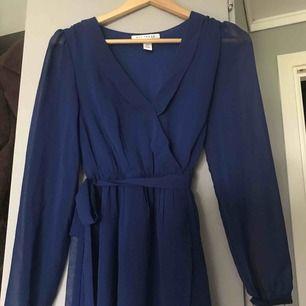 supersöt mörkblå klänning med knytband från Nelly! frakten är inkluderas i priset :) aldrig använd.