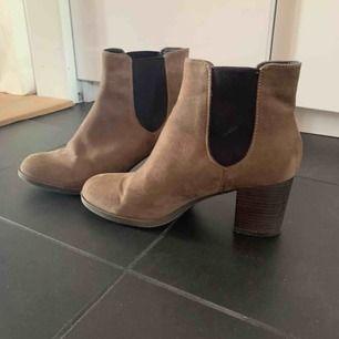 Ett par lågklackade skor i brun mocka. Bred klack som är bra för hösten.