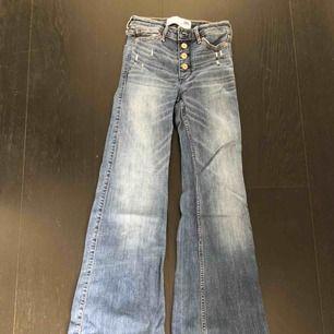 Säljer mina flare jeans från Abercrombie.  Väldigt stretchiga. Knappast använda och de sitter bra.