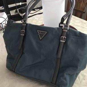 Jätte fin äkta blå guess handväska använd mycket