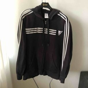 Adidas hoodie i XL. Funkar som oversize för mig som har 36 i vanliga fall. 200 kr inkl. Frakt. Först till kvarn att swisha gäller!