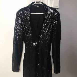 """Säljer min klänning jag hade på nyår förra året. Super fin och skön, använd 1 gång. Bälte i midjan som man kan spänna och på så sätt kan man även bestämma själv hur lång man vill ha den. Även lite """"puff"""" i axlarna 😍 köpare står för frakten 🥰"""