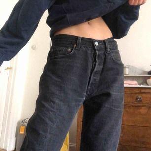 Jag säljer mina svarta Levis jeans! De är supersnygga och större i modellen, jag är 175 och brukar ha 26 i jeans!😁