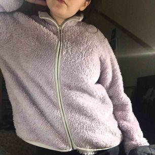 Fluffig fleece jacka från HM i ljus lila. Funkar som jacka eller tröja. Använt v sällan