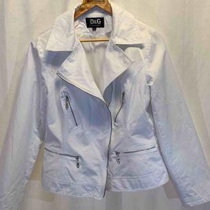Dolce and Gabbana - vår / sommar  biker jacket, made in Italy. Jackan är i mycket gott skick. Dam,  liten i storleken, sitter som en stor L storlek 44-46.  Kan hämtas i Uppsala eller skickas mot fraktkostnad.
