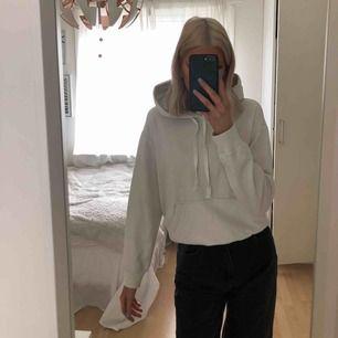 Säljer en skön vit hoodie som är köpt på h&m då den inte kommer till mer användning för mig!  Storlek: S Färg: Vit Möts hellst upp i stan då jag gärna undviker att frakta