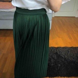 En jättefin plisserad långkjol från Indiska i strl 36! Kjolen är sparsamt använd och går ca till mitten av vaden (kanske lite längre) på mig som är 162 cm. Köpare betalar frakt.
